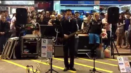 他因日本街头演唱黄家驹歌曲而红, 香港街头《光辉岁月》也很好听