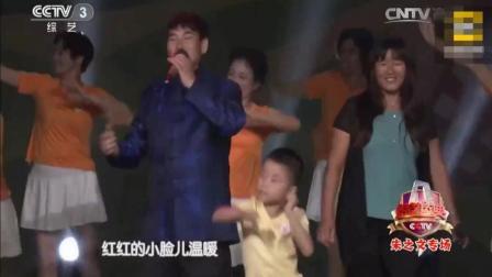 大衣哥朱之文和妻子舞台上演唱《小苹果》大妈们表演的广场舞亮了