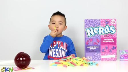 小朋友吃好多彩色的糖果!