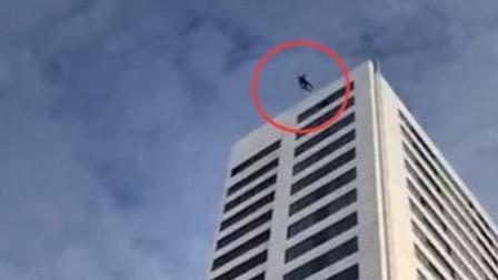 男子24层高楼跳伞失误 直摔地面大难不死
