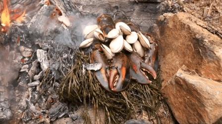 自制简单的陷阱捕海里的大龙虾, 岸边生堆火烤着吃