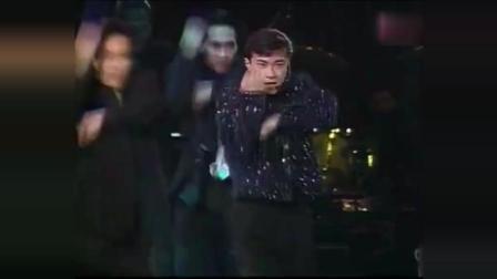 27岁的张卫健现场演唱经典歌曲《真真假假》, 好帅气