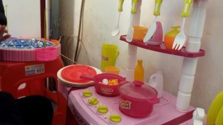 小猪佩奇玩具视频 第一季37:小猪佩奇厨房玩具洗菜做饭的过家家亲子游戏 蔬菜水果切切乐切切看厨房玩具, 猪猪侠玩具车超级飞侠小猪佩奇水果切切看 亲子益智玩具