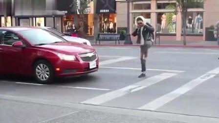 过马路时候的恶作剧, 假装车前有东西跨过去, 司机真的拐弯了