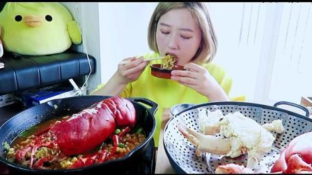 韩国小美女直播吃超大龙虾, 有个好用的小工具吃虾还是很过瘾的