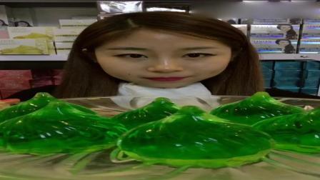 吃美了: 吃冰达人冻绿色包子水晶冰, 晶莹剔透特别漂亮
