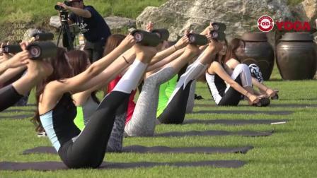 过年吃胖了吗? 跟着姐妹们在草地上做瑜伽吧