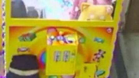 """女子展""""缩骨神功"""" 钻进娃娃机偷走8只娃娃"""