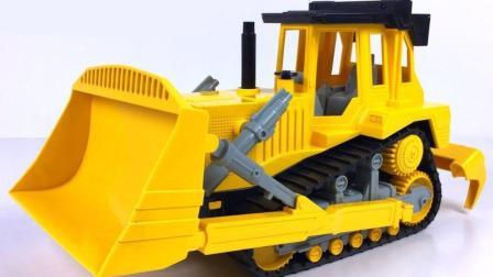 工程车使用工具清理路面