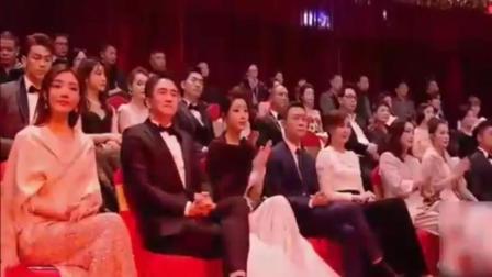 整个娱乐圈的大佬都在听她唱歌, 她一出场, 现场掌声不断!
