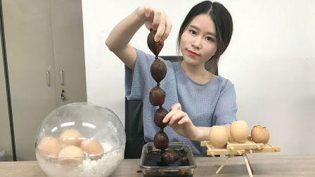少女在办公室用丝袜做茶叶蛋 边上班边看《外科风云》