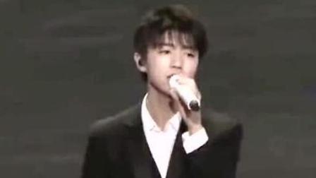 微博之夜: Tfboys登台献唱《我们的时光》, 最帅的还是王俊凯