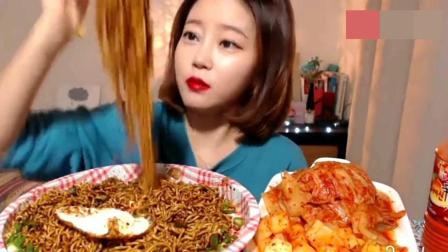 韩国小姐姐吃炸酱面, 配上泡菜塞满小嘴, 吃相太粗鲁了