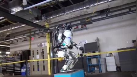 波士顿动力旗下的超智能双足机器人, 已经会玩后空翻了!