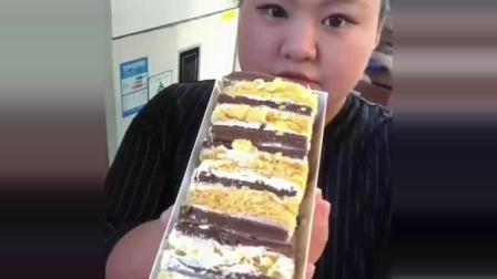 300斤的胖丫开饭了, 拿破仑蛋糕, 秒吃肠, 这样子逗死我了