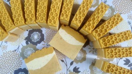 燕麦牛奶蜂蜜三位一体手工皂制作过程实拍