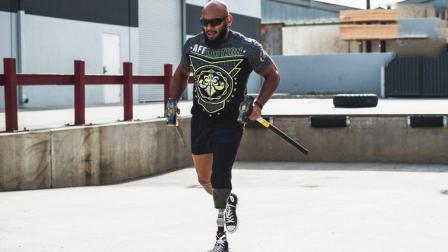 牛人装假肢健身, 什么都阻挡不了他的肌肉