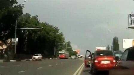 女司机奇葩车祸集锦 女司机开车搞笑视频 最奇葩女司机开车搞笑视频集合