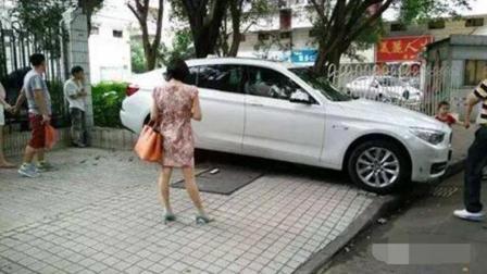 女司机花式停车, 新买宝马瞬间惨不忍睹, 交警看到都无语了