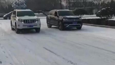 大众途昂VS丰田普拉多差距太大, 雪地路面比加速一眼就看出来了!