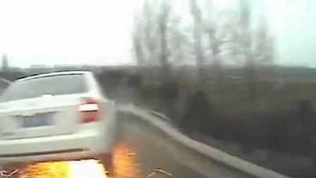 女司机高速任性变道 致车辆连撞火花四溅