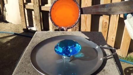 1000度高温铜水倒在钻石上, 你猜结果会怎样? 心疼钻石一秒钟