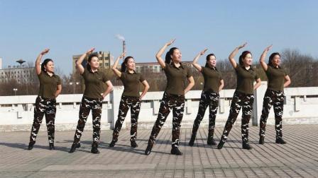 云裳广场舞《 女兵走在大街上》
