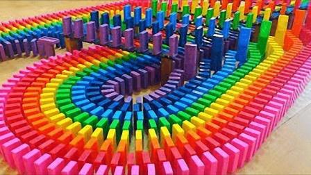 不可思议的彩虹多米诺骨牌游戏 用一个多星期时间摆出来