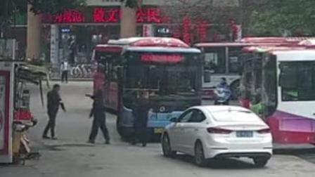 火龙果传媒 第一季 与小车司机斗殴 公交司机竟当街捅向对方
