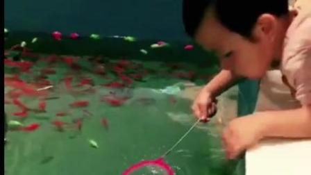 搞笑视频: 小宝宝第一次捞金鱼, 最后惊呆了众人