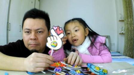 """父女试吃""""表情包棒棒糖"""", 表情太丰富了, 都是网络上最流行的"""