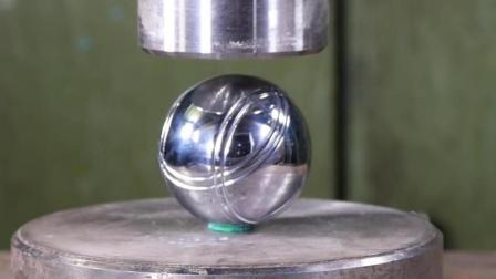当实心球遇上液压机会怎样? 它能挡住液压机的碾压吗? 一起见识下!