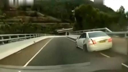 当开车遇到这种情况后, 撞上去是正确的选择