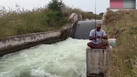 水坝边小哥无漂钓法,一分钟就上钩,看的80%钓友钓瘾发作!