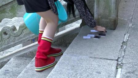 两小孩提水桶来回爬楼梯, 只为抢夺一条小狗的抚养权