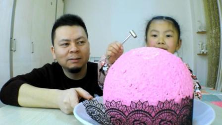 """父女试吃巨大的""""巧克力球"""", 宝贝敲开后乐坏了"""