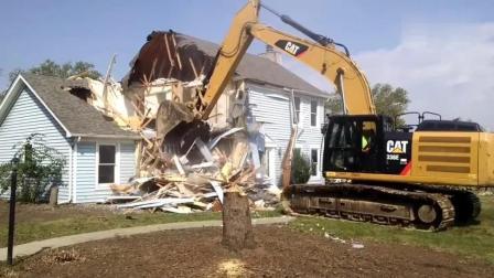 卡特挖掘机强行拆除房屋, 开挖的那一刻画面够酸爽