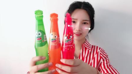 """妹子试喝可爱的""""旋旋乐饮料"""", 还体验了一把做实验的感觉呢"""