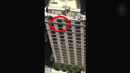 一住户正在顶楼观赏风景, 手机意外拍下这不可思议一幕