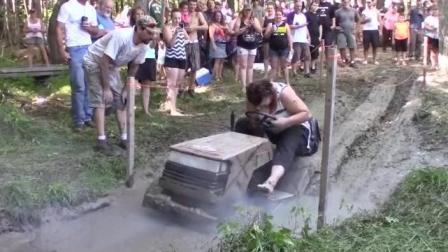 牛人爆改8缸拖拉机, 举办越野比赛, 一脚油门笑尿了, 太疯狂了