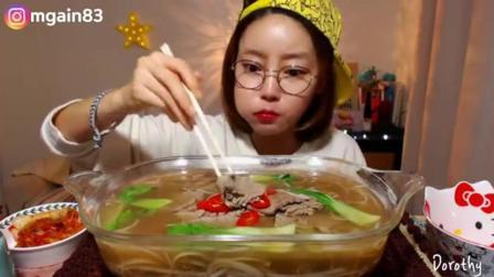 韩国萌妹子吃货, 吃一大盆牛肉粉, 小嘴塞的满满的, 吃的太香了