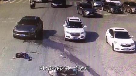 女子骑电动车闯红灯, 被豪车当场撞飞, 交警称: 电动车全责
