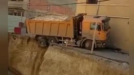 卡车最终还是翻下去了。