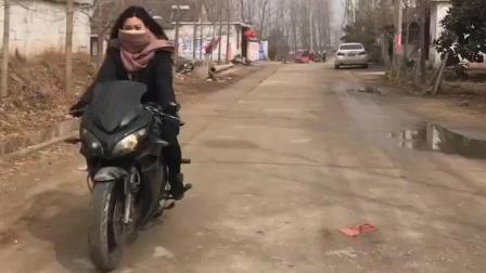 实拍: 农村美女骑着地平线摩托车去相亲!