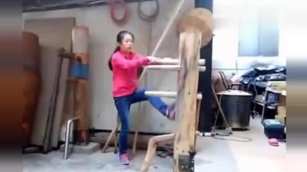 美女在家自拍打木人桩, 一招一式有大师风范!