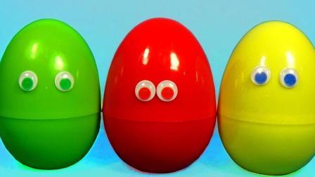 从奇趣蛋里拿出闪电麦昆赛车玩具