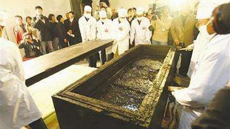 村民鱼塘挖出西汉古墓, 2000年从未被破坏, 棺材不放尸体只放黑水