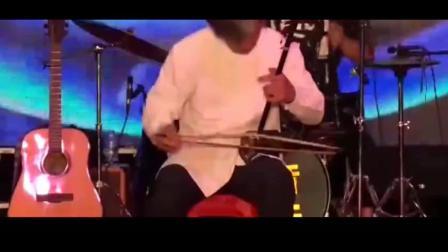 骆老用二胡和乐队, 现场将《铁血丹心》演奏到极致, 不愧为老艺人!
