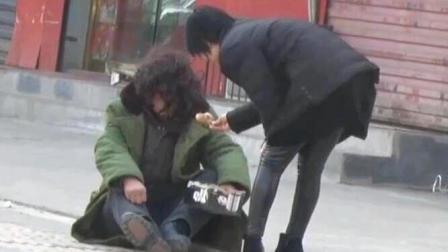 测试:乞丐过年会乞讨到什么, 乞丐感动哭了