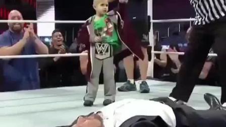 为了满足病重男孩的愿望, WWE爷们儿们为他表演了一期特殊的节目